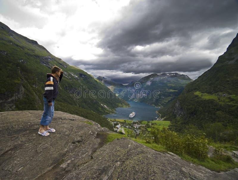 Betrachten von Geirangerfjord lizenzfreie stockfotos