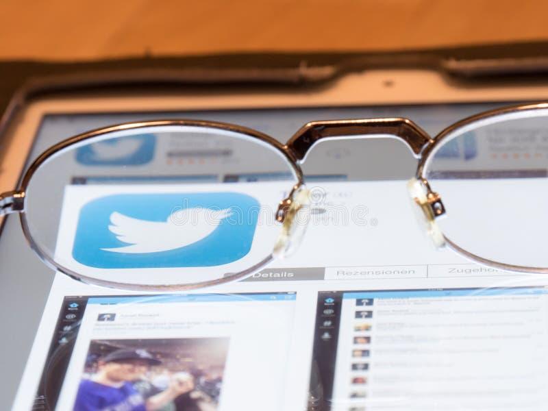 Betrachten von Twitter stockfoto