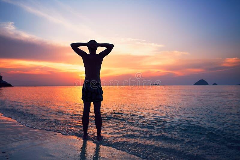 Betrachtung auf dem tropischen Strand stockfoto