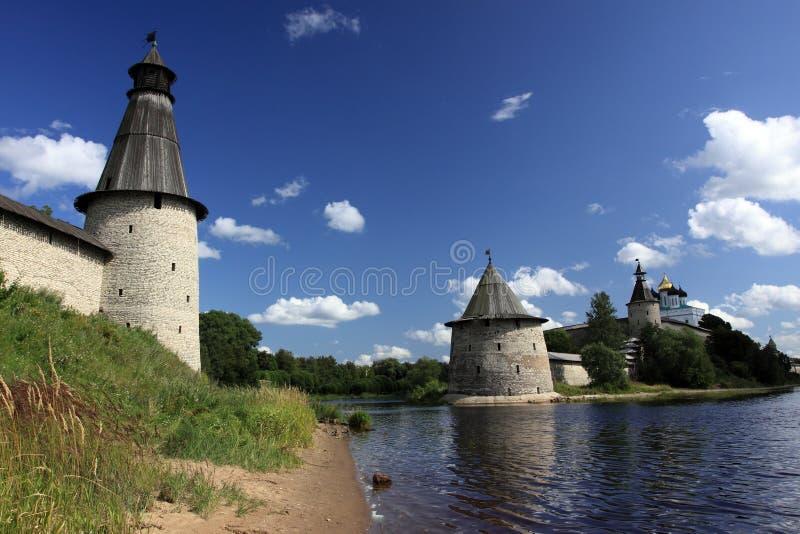 Betrachtungskontrolltürme einer Stadtfestung von Pskov stockfotos