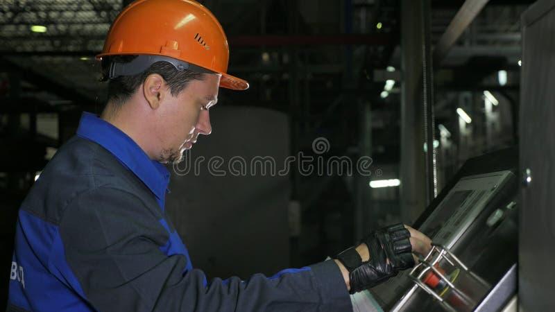 Betreiber überwacht Bedienfeld der Fertigungsstraße Fertigung der Plastikwasserleitungsfabrik Prozess der Herstellung stockbild
