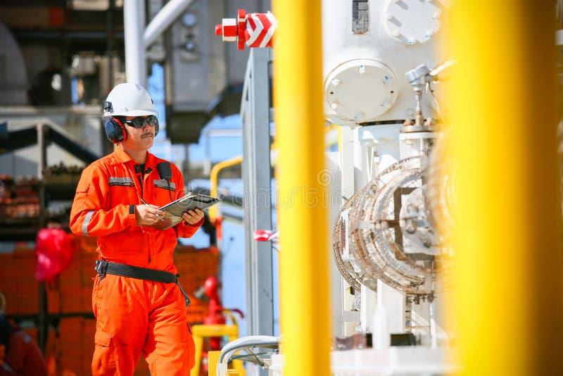 Betreiberaufnahmeoperation des Öl- und Gasprozesses am Öl und Anlagenanlage, der Offshoreöl- und Gasindustrie, des Offshoreöls un lizenzfreies stockfoto