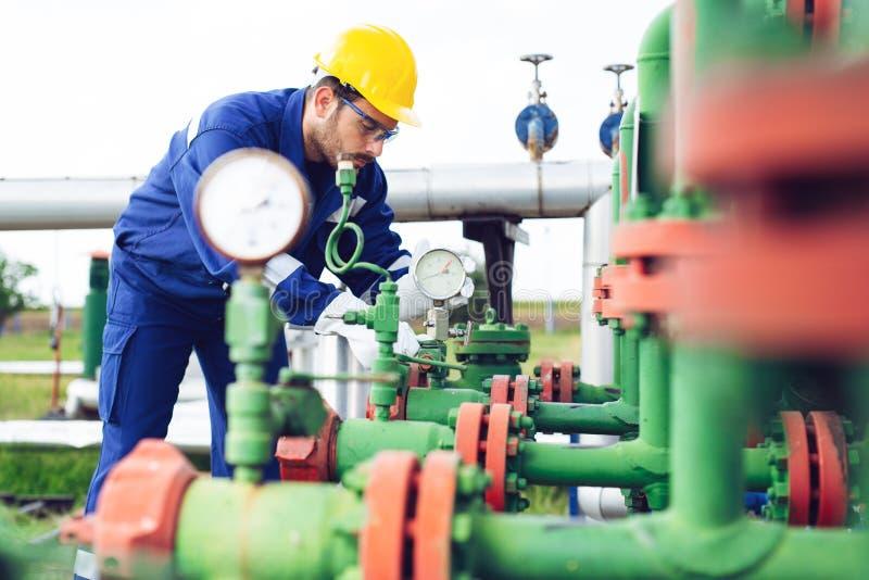 Betreiberaufnahmeoperation des Öl- und Gasprozesses in Öl und Anlagenanlage lizenzfreie stockfotografie