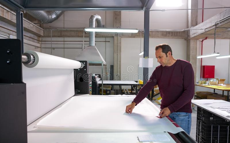 Betreibermann der Kalenderübergangsmaschinellen Herstellung stockfotografie