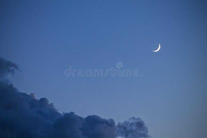 Betrekt de hemel en de maan, een fabelachtige collage stock afbeelding