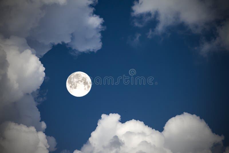 Betrekt de hemel en de maan, een fabelachtige collage royalty-vrije stock foto
