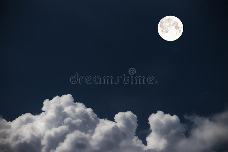 Betrekt de hemel en de maan, een fabelachtige collage stock fotografie