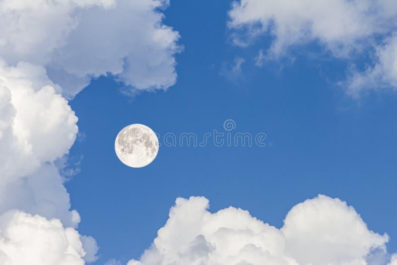 Betrekt de hemel en de maan, een fabelachtige collage royalty-vrije stock afbeeldingen
