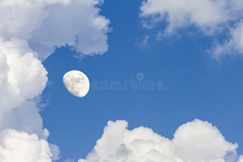 Betrekt de hemel en de maan, een fabelachtige collage stock foto