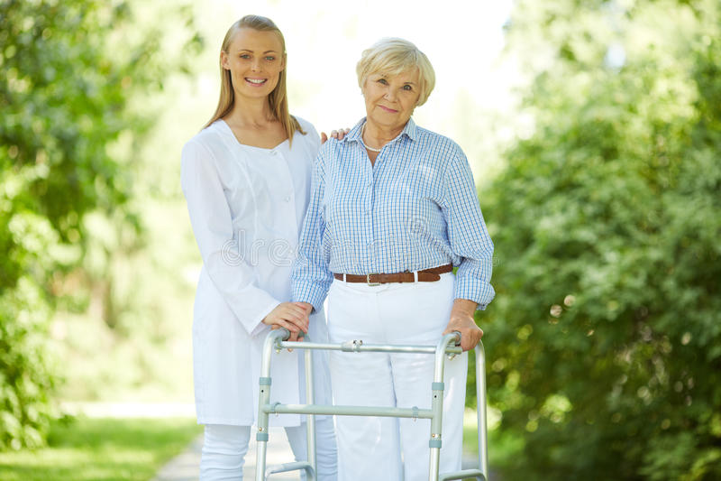 Betreuer und ältere Frau stockfotografie
