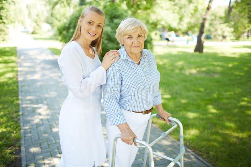 Betreuer und ältere Frau lizenzfreie stockfotografie