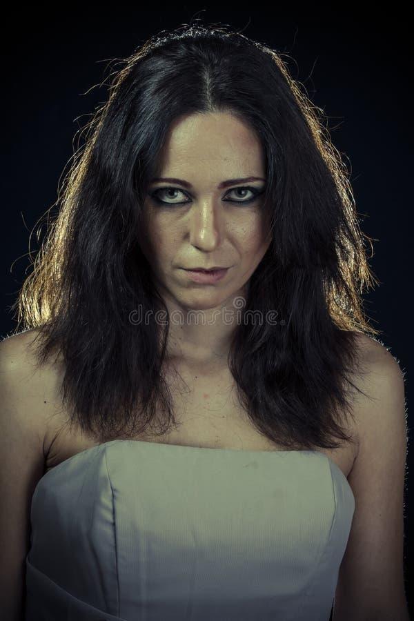Betreur, droevige donkerbruine vrouw met lang haar en avondtoga stock fotografie
