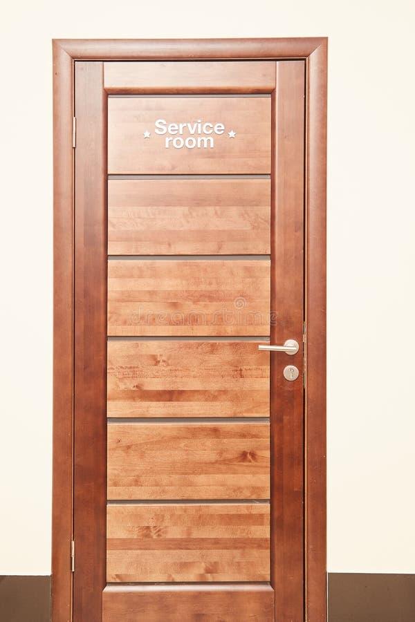 Betriebsraum ist die Aufschrift auf einer Holzoberfläche Hölzerne Tür stockfotografie