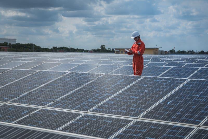 Betriebstechnik im Solarkraftwerk; Techniktee stockfotografie