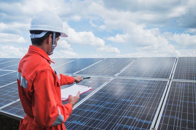 Betriebstechnik im Solarkraftwerk; Techniktee lizenzfreies stockfoto