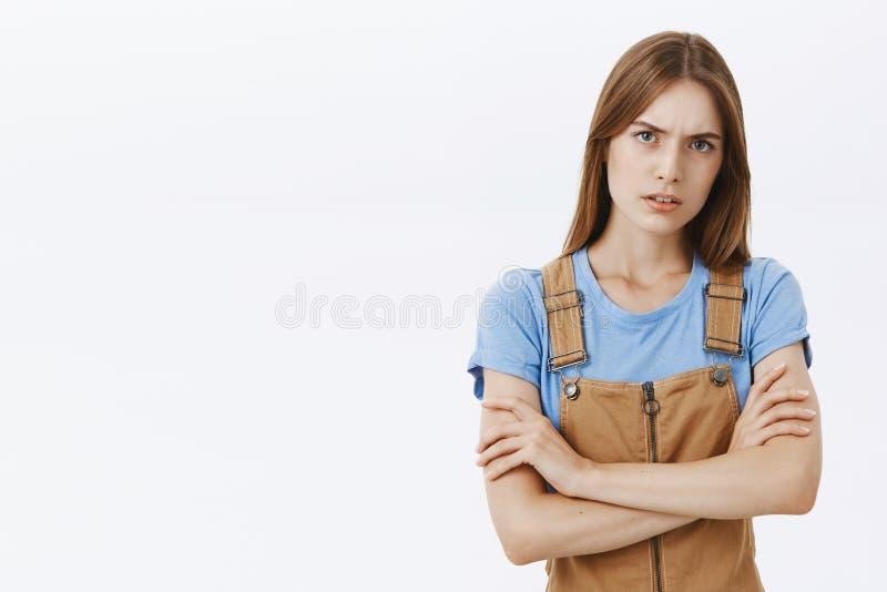 Betroffen en verontruste ernstig-kijkt vrouwelijke vriend die het gehinderde en strikte luisteren over problematische situatie ki royalty-vrije stock foto