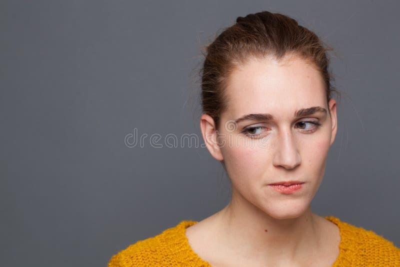 Betroffene junge Frauen, die denken, Zweifel, Unsicherheit, Misstrauen oder Misstrauen äußern lizenzfreies stockfoto