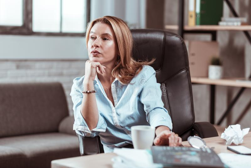 Betroffenes Denken der Geschäftsfrau Gefühl an neuen Unternehmensplan lizenzfreie stockfotos