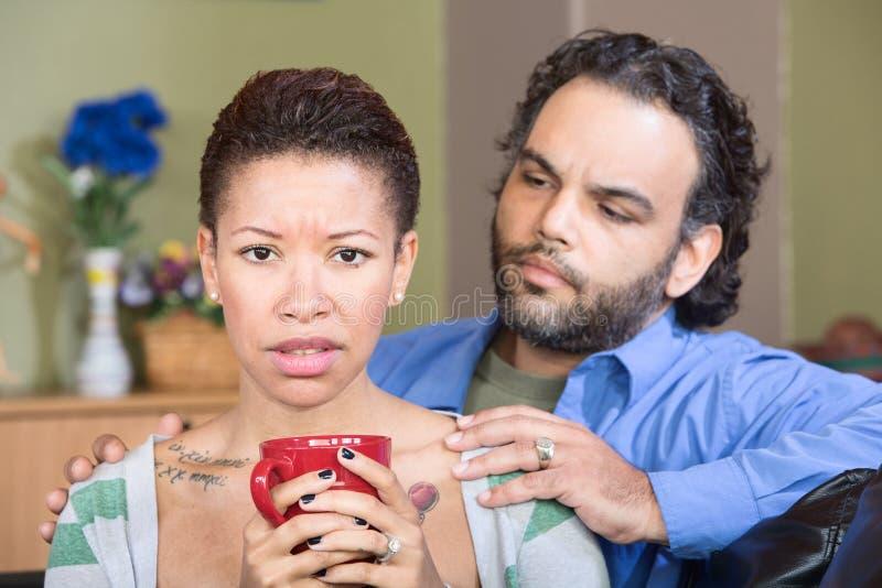 Betrokken Echtgenoot en Droevige Vrouw stock fotografie