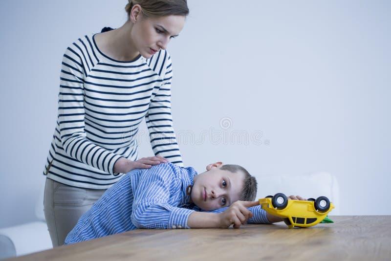 Betrokken moeder en zoon royalty-vrije stock afbeelding