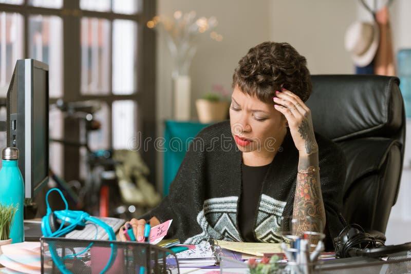 Betrokken Vrouw in een Creatief Bureau stock afbeelding