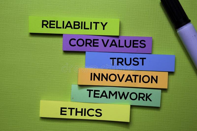 Betrouwbaarheid, Kernwaarden, vertrouwen, Innovatie, Groepswerk, Ethiektekst op kleverige die nota's op groen bureau worden geïso royalty-vrije stock fotografie