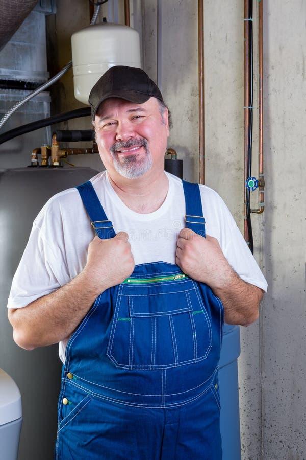 Betrouwbare werkman in een ruimte van het kelderverdiepingsnut royalty-vrije stock fotografie