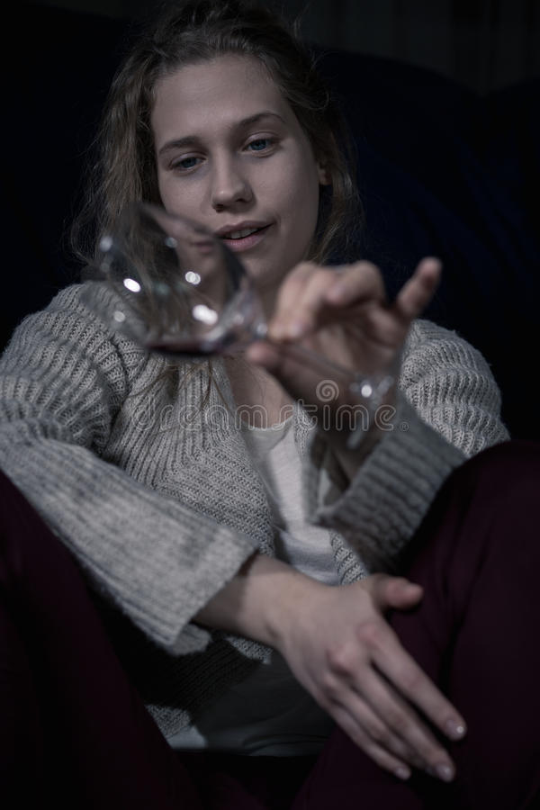 Betrunkene alkoholische Frau, die Glas hält stockfotos