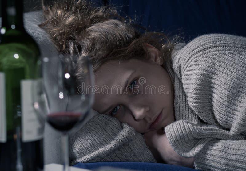 Betrunkene Frau auf Couch stockbild