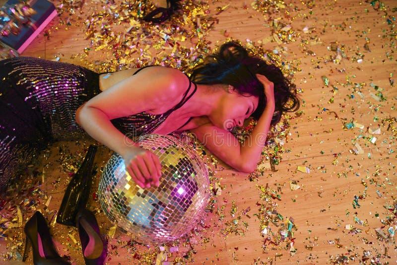 Betrunkene Frau auf dem Fußboden lizenzfreie stockbilder