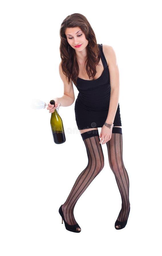 Betrunkene Frau mit Wein und Glas in der Hand stockfotografie