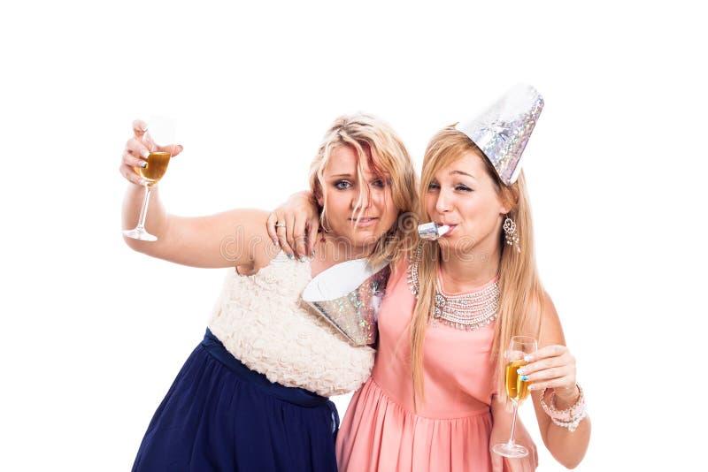 Betrunkene Mädchen feiern stockfotos