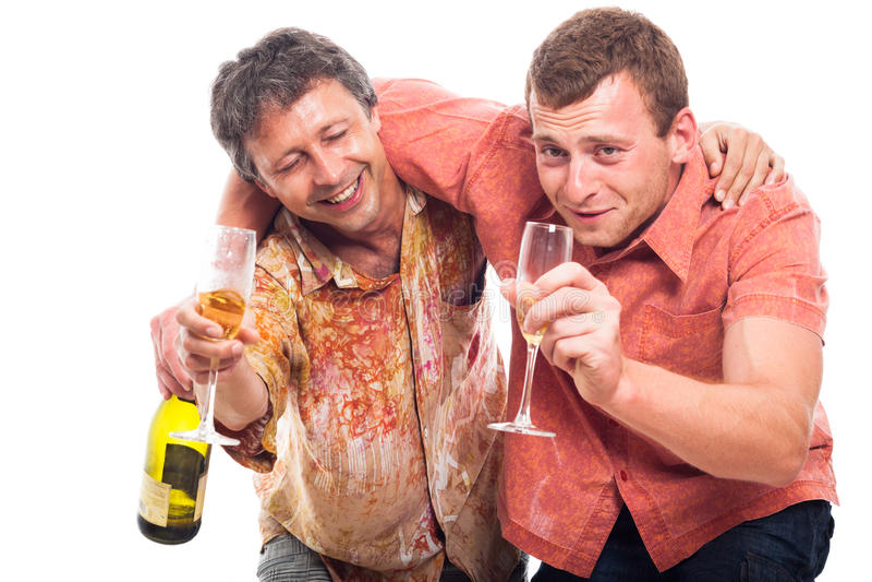 Betrunkene Männer, die alkoholisches Getränk trinken lizenzfreie stockbilder