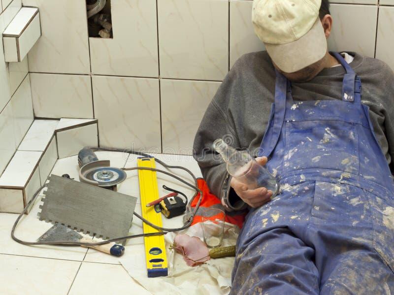 Betrunkener Dachdecker, der im Badezimmer schläft lizenzfreie stockbilder