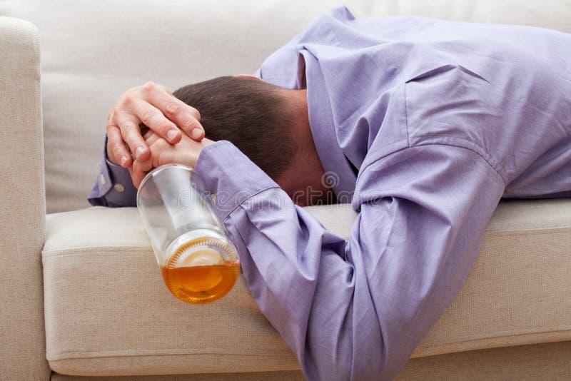 betrunkener mann auf einer couch stockbild bild von einsam entweichen 38449793. Black Bedroom Furniture Sets. Home Design Ideas