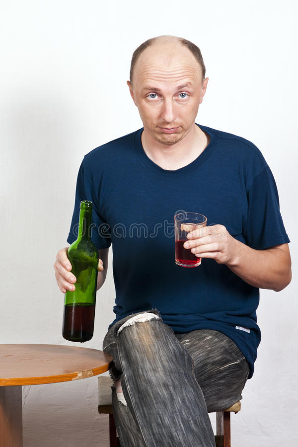 Betrunkener Mann, der ein Glas Rotwein hält lizenzfreie stockbilder