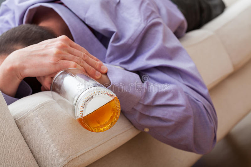 Betrunkener Mann gewöhnt zum Alkohol stockbilder