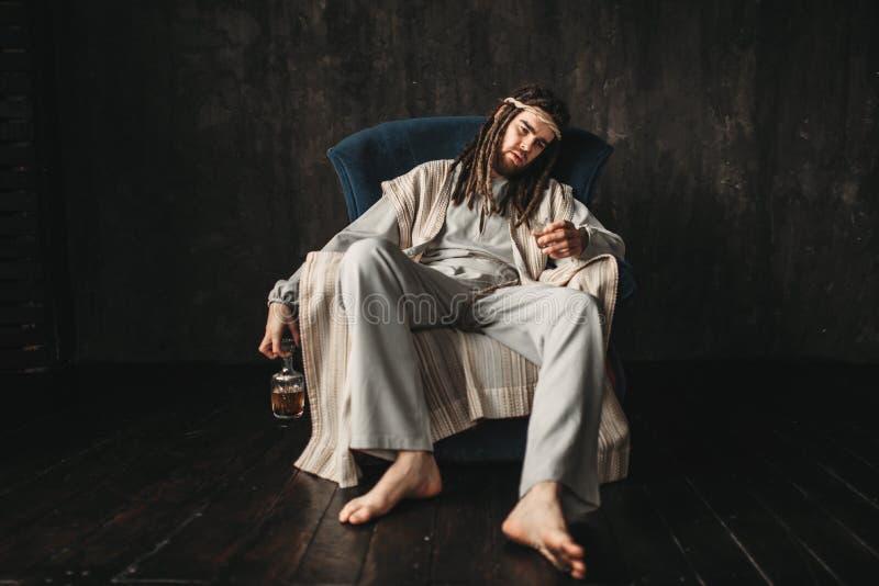 Betrunkener Mann im Bild von Jesus Christ stockbild