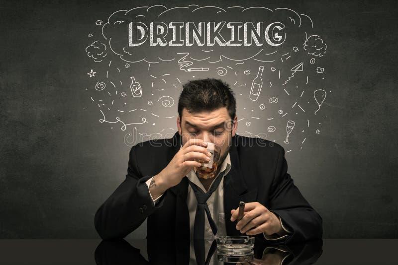 Betrunkener Mann mit dem Trinken, Droge, Kater, Alkoholiker, mischt Konzept Drogen bei stockbild