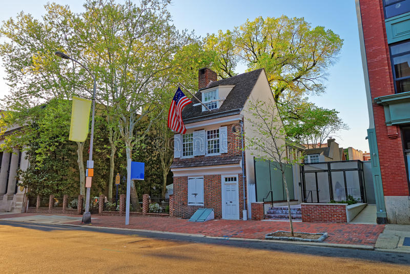 Betsy罗斯房子和垂悬的美国国旗在费城PA 库存图片