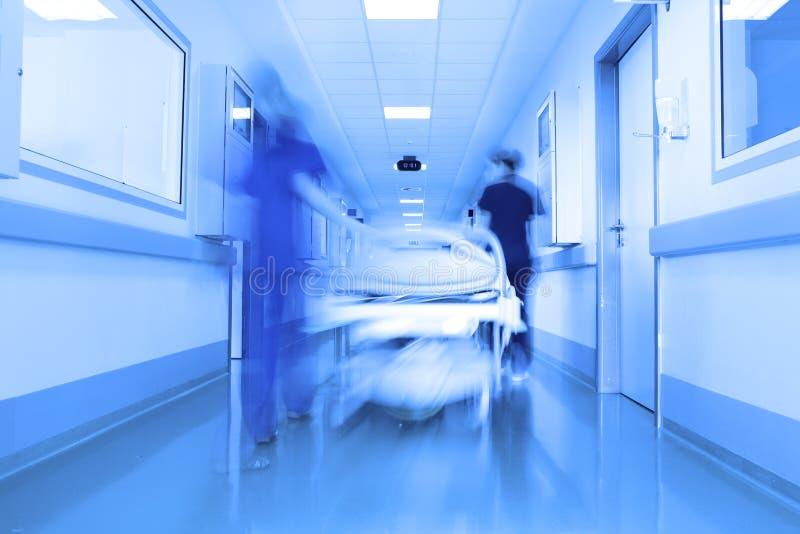 Bett in einem modernen Klinikkorridor lizenzfreies stockfoto