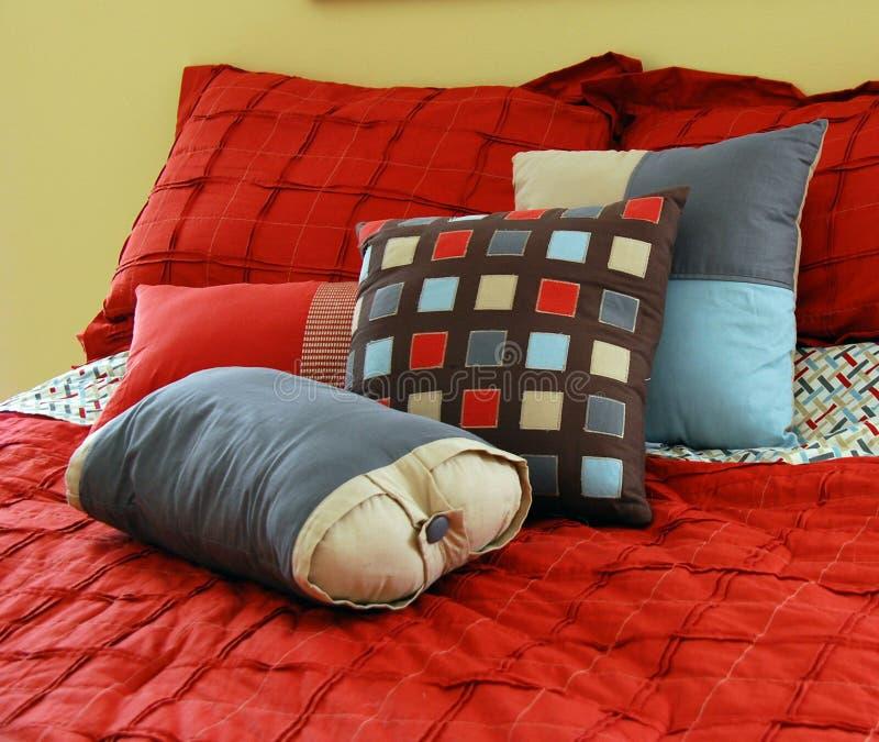 Bett mit Kissen stockfotos