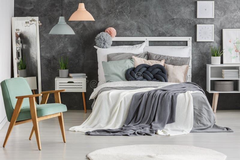 Bett mit unordentlichen Decken stockbild