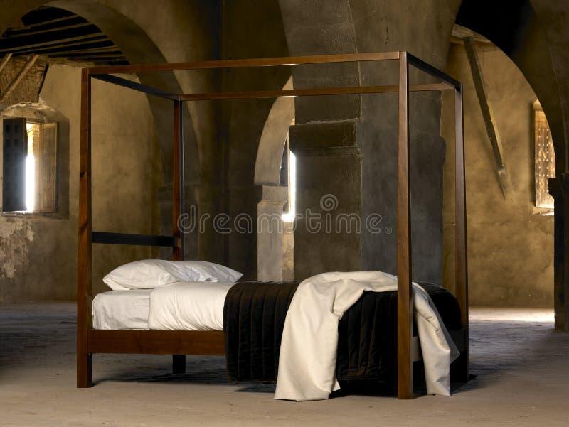 Bett mit vier Plakaten stockbild
