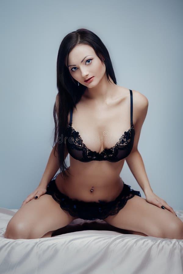 Bett sexy Brunette stockfoto
