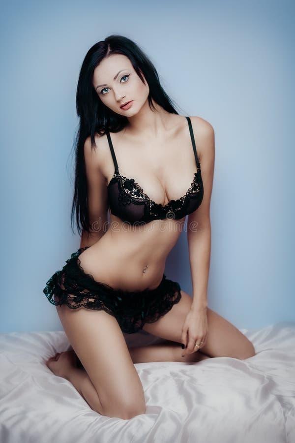Bett sexy Brunette stockbild