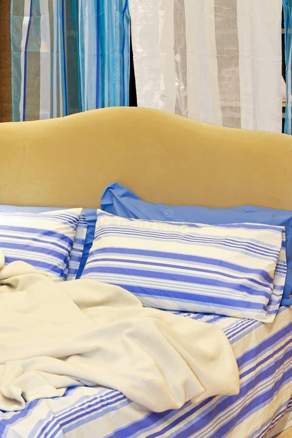 Bett und Decke lizenzfreie stockfotos