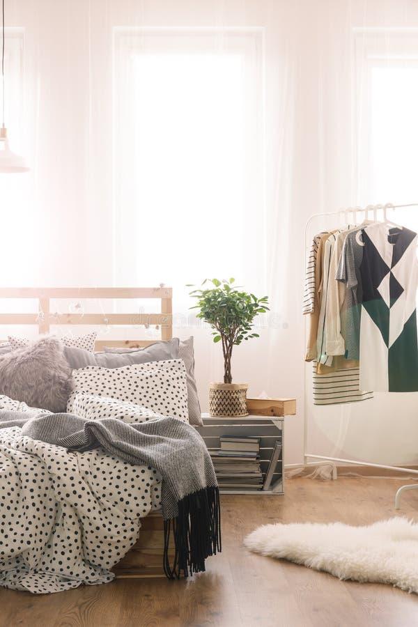 Bett und Kleidung stockfotografie
