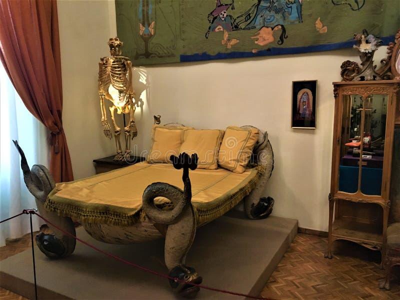 Bett und Möbel Salvadors Dalì Kunst und Innenarchitektur lizenzfreie stockbilder
