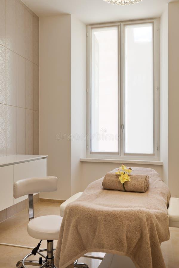 Bett und Stuhl des Badekurortsalons stockfotos